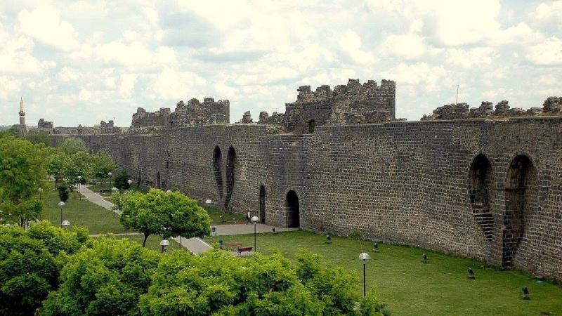 Diyarbakır surları Nedir? Diyarbakır surları Ne demek ...: http://www.nedir.com/diyarbak%C4%B1r-surlar%C4%B1